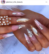 Find this nail tech on IG @Glamour_chic_beauty